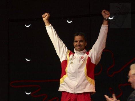 Emilio Merchán recogiendo ayer su medalla de oro