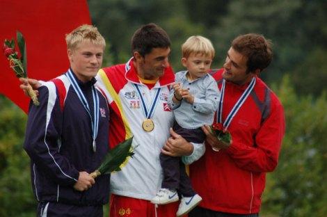 Manuel Busto celebrando el título junto a su hijo